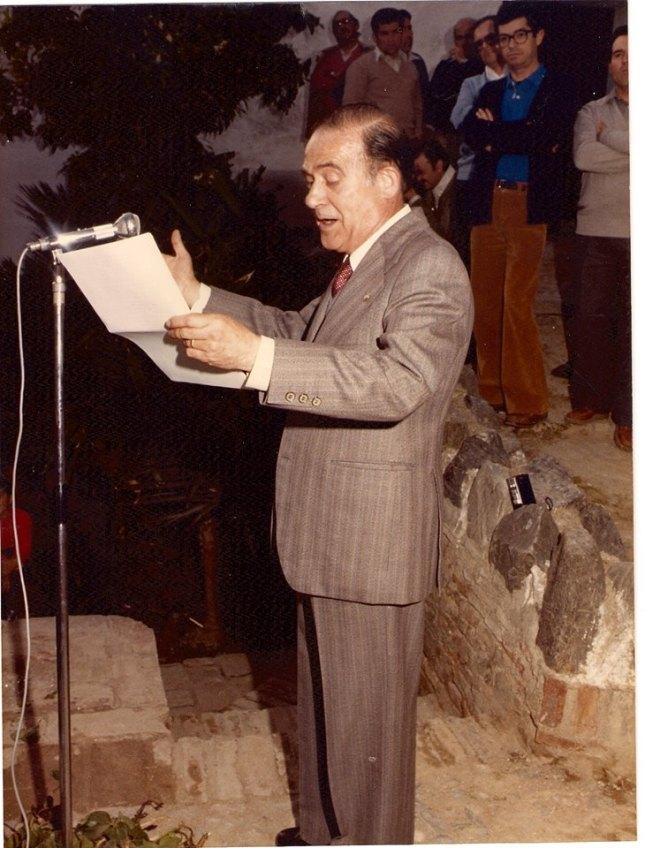 Presidente del Centro de Estudios de la Axarquía D. Antonio Segovia Lobillo pronunciando el discurso inaugural del Día de la Axarquía , en Vélez-Málaga el 21 de marzo de 1983, posteriormente se fueron celebrando en distintos pueblos de la Comarca.