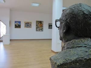 BUSTO DE ANTONIO SEGOVIA LOBILLO,mirando el cuadro de su hijo.